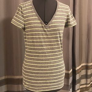 UNDERARMOUR Fitted Striped V-neck Shirt - M